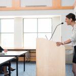 講演で話す女性
